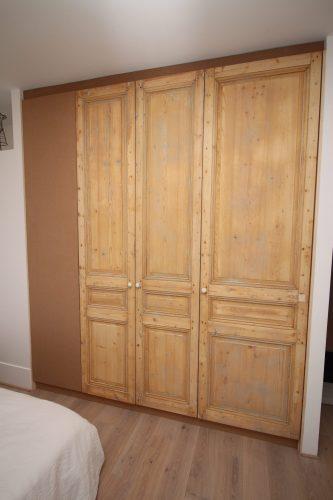 Placard avec des portes récupérées