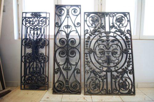 Porte ancienne réécrite grilles en fer forgé